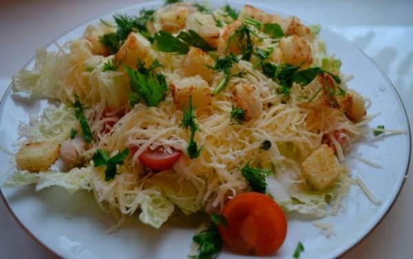 салат с пекинской капустой и сухариками и курицей